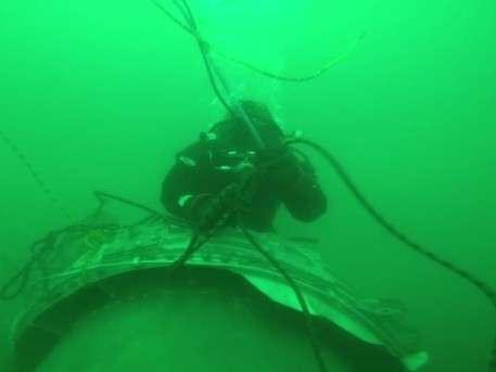 Водолазы достают двигатель Ту-154: подводные съемки