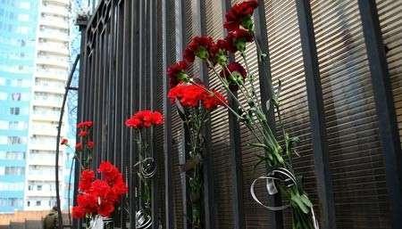 Одесситы снова несут цветы к Генконсульству РФ после атаки «Правого сектора»