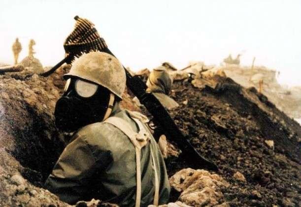 Иранский солдат в противогазе