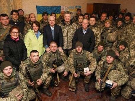 Американский провокатор Джони Маккейн пообещал вместе с Киевом освободить украинские земли в 2017 году