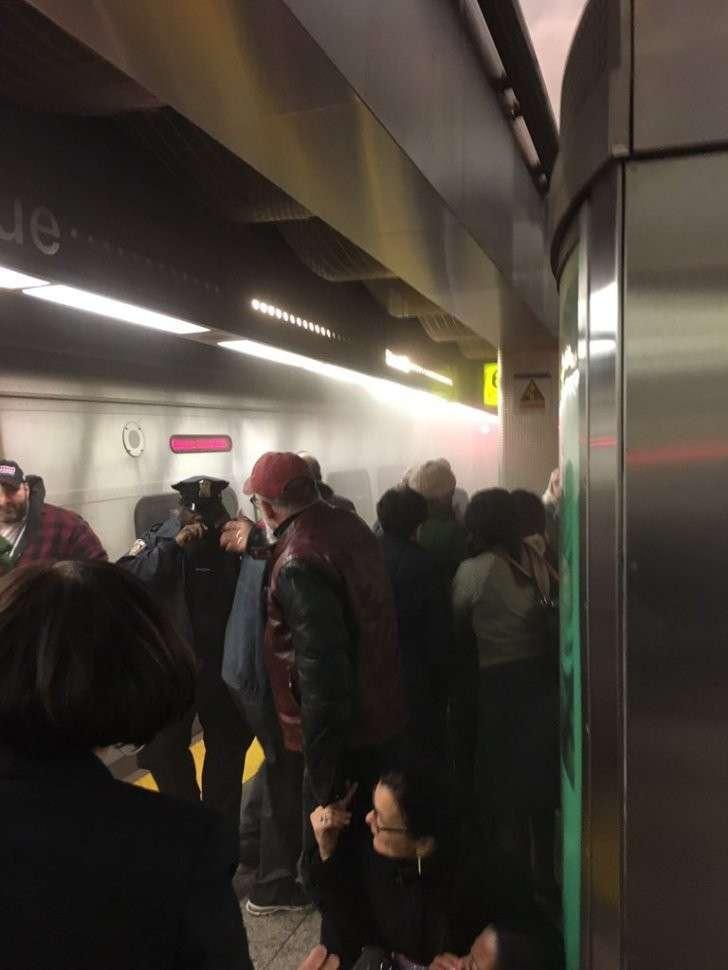 Больше 100 человек пострадали во время аварии поезда в Бруклине, США