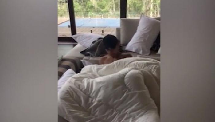 В Австралии пара обнаружила в своей постели полуголого мигранта!