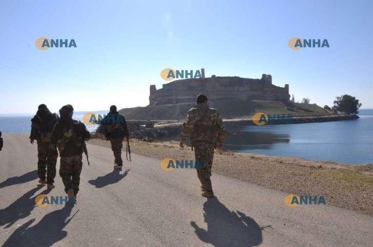 Наступление на столицу ИГ Ракку: взята древняя крепость Джобар