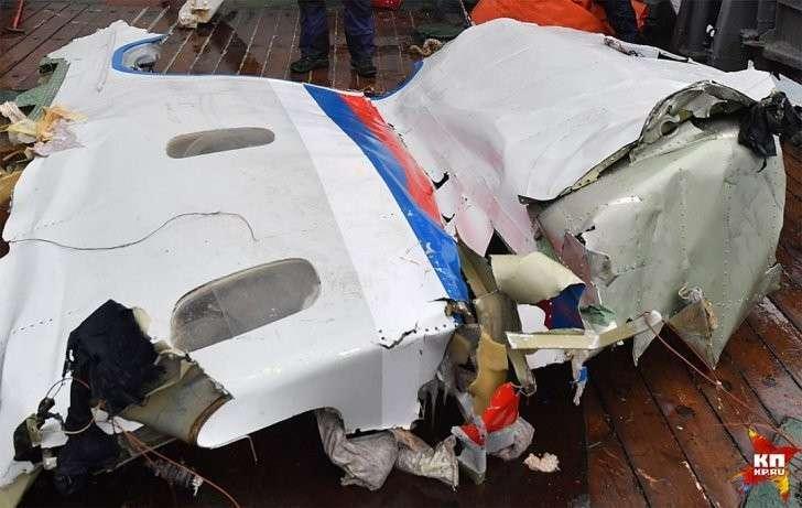 Похоже, что изгиб обломка произошел под действием некой силы, направленной изнутри самолёта Фото: Владимир ВЕЛЕНГУРИН