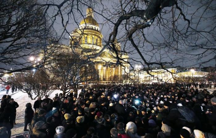 В Петербурге люди вышли на акцию против передачи Исаакиевского собора церковной мафии