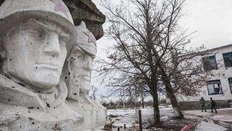 Ежиков снова послали грызть кактус: кому нужно «ползучее наступление» карателей в Донбассе