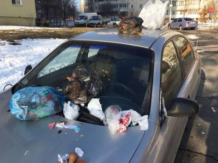 """""""Едына краина"""": в Киеве аборигены завалили мусором авто с луганскими номерами"""