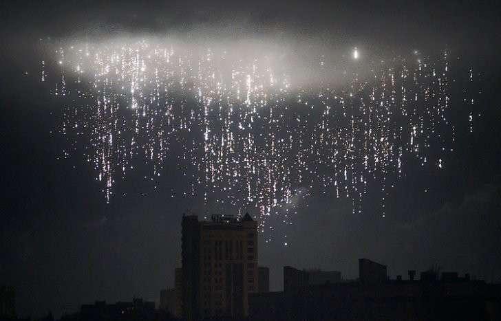 Разрыв снаряда в небе над Донецком, 2015 год