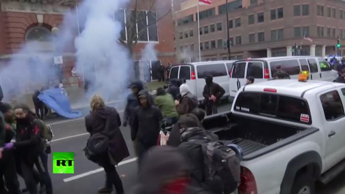 В США полиция газом разогнала «они же детей» и «чёрных масок», протестующих против Трампа