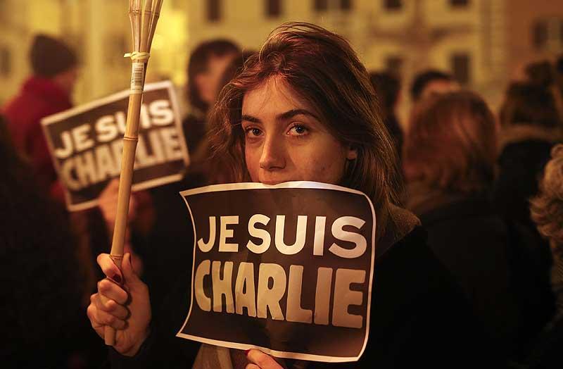 На гнилое Шарли Эбдо подали в суд за карикатуру власти итальянского города