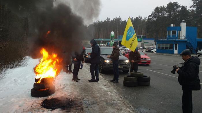 Запахло горелым: в Киеве так ничего и не научились, опять жгут покрышки