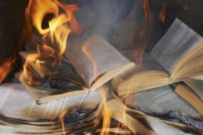 На Украине закрываются книжные магазины: литература на русском запрещена евро-Хунтой