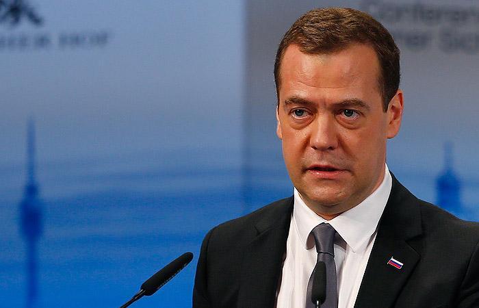 Дмитрий Медведев призвал бороться с антисемитизмом, с русофобией - пока не призвал