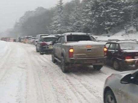 Штормовое предупреждение объявлено в Крыму. После мощного снегопада образовались километровые пробки