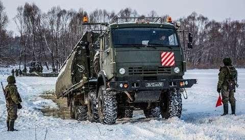 Министерство обороны показало уникальную переправу тяжелой техники через Оку