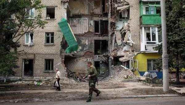 Жилое здание, поврежденное после обстрела украинскими военными города Снежный. Архивное фото