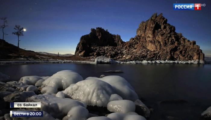 Зимний Байкал удивляет туристов: прозрачный полуметровый лёд и замёрзшие волны