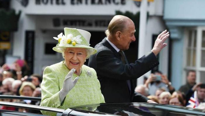 Снимок королевы Елизаветы II отмечает сапфировый юбилей правления. А где сама королева?
