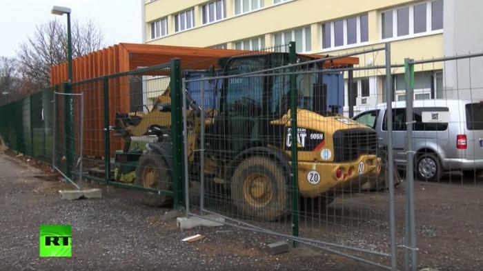 Делай как Трамп: жители Лейпцига возвели стену для защиты от беженцев