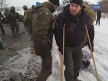 Укро-нацисты на костылях вышли с оружием против мирных жителей