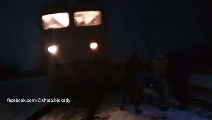 Банда украинских националистов-отморозков блокировала поезда из Донбасса
