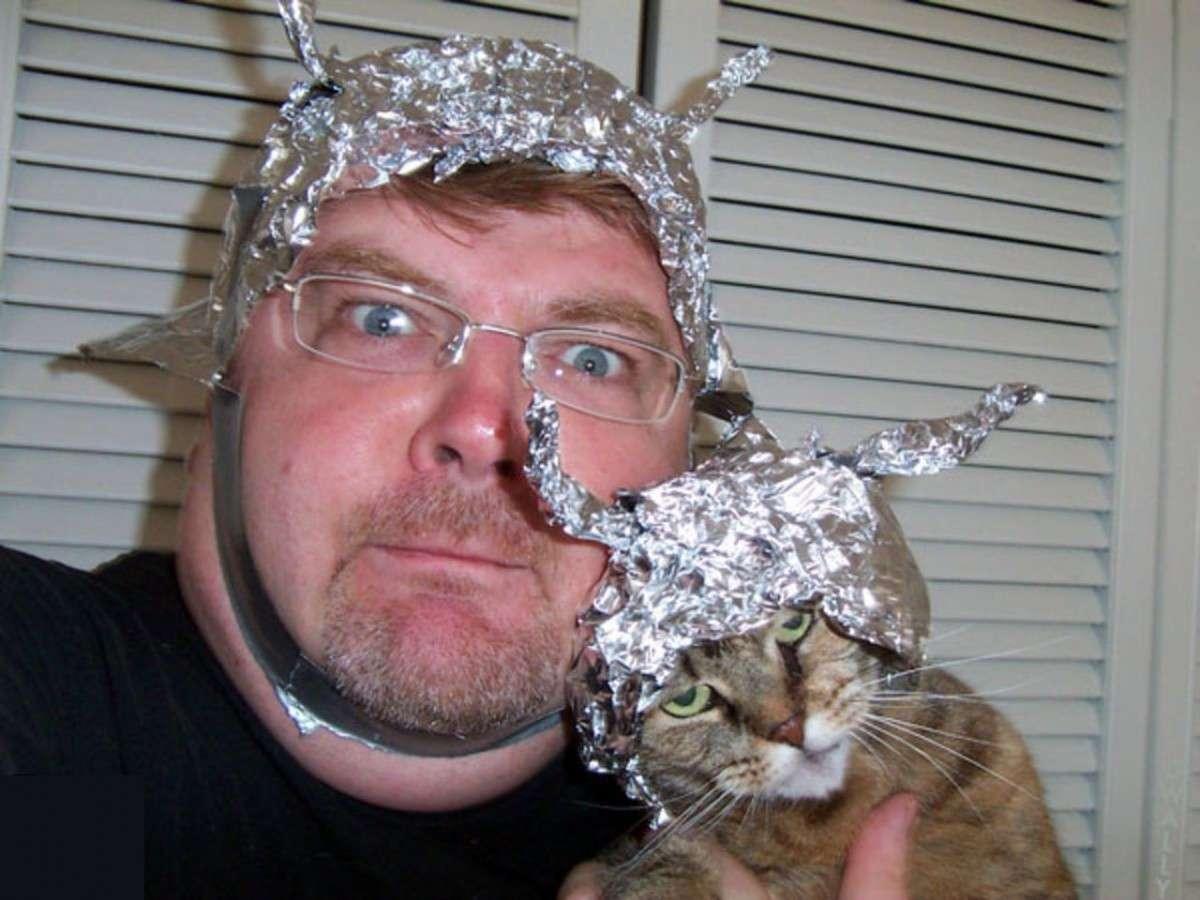 Захарова предложила продавать американцам таблетки «от русских хакеров» и шапочки с антеннами и шапочек с антеннами