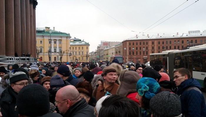 Противники передачи Исаакия РПЦ встали вокруг собора живым кольцом