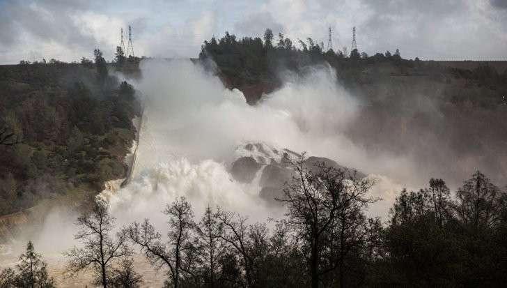 Рушится высочайшая плотина в США: В Калифорнии объявлена эвакуация
