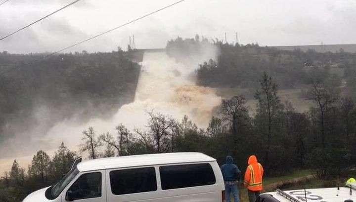 Разрушение плотины в Калифорнии: бреши заваливают камнями но не помогает