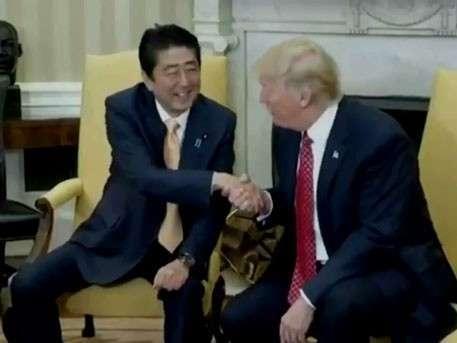 «Жуткое» рукопожатие Трампа рассмешило пользователей Сети: Абэ 19 секунд пробовал вырваться