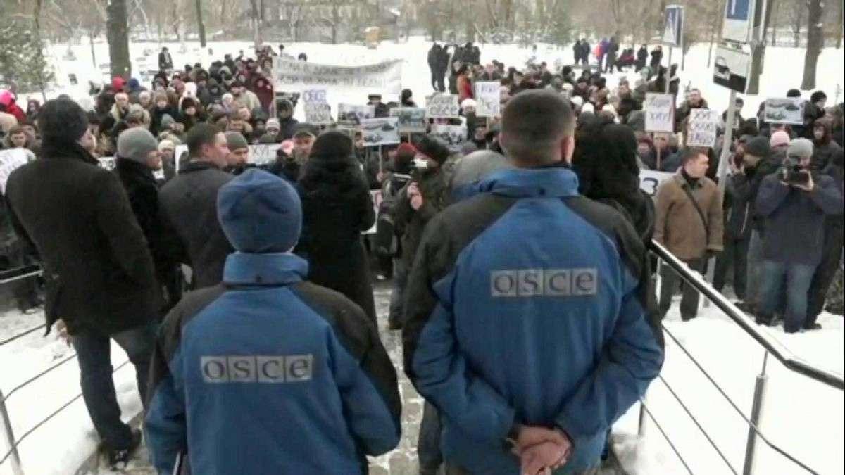 В Донецке сотни жителей собрались на массовый митинг и обвинили миссию ОБСЕ в бездействии