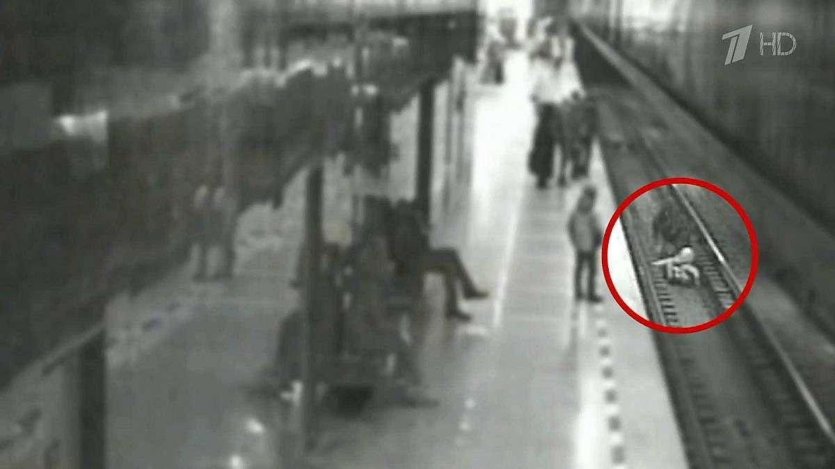В Екатеринбурге пассажир метро спас школьника, упавшего с перрона на рельсы