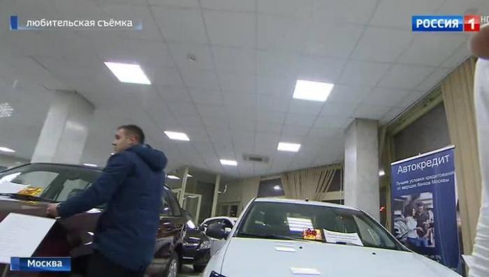 Вечером – деньги, машину – никогда: новый скандал в автосалоне на Ленинском