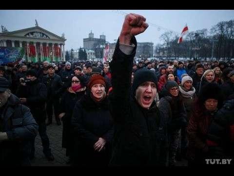 Беларусь в огне – перед Домом Правительства в Минске протестующие зажгли костры