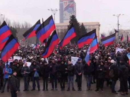 20 тысяч человек митингуют против военных преступлений карателей в Донбассе