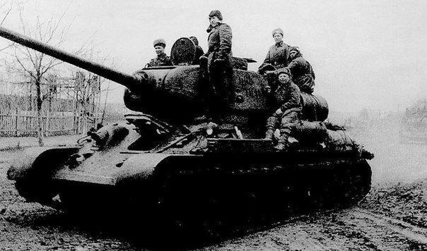 Как два героя-танкиста 12 дней отбивались от фашистов в застрявшем в болоте Т-34