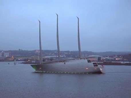Супер яхта паразита Мельниченко, построенная на ворованные у россиян деньги, проходит Гибралтар