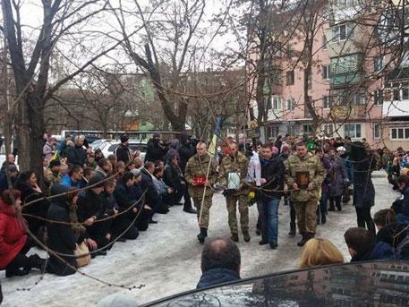 Рабская психология: В Запорожье убитого боевика «АТО» похоронили на коленях
