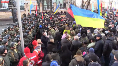 Украинские радикалы майданят: блокированы администрация Порошенко и аэропорты, начинается погром офиса Ахметова