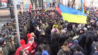 Начало нового Майдана: блокированы администрация Порошенко и аэропорты, погром офиса Ахметова