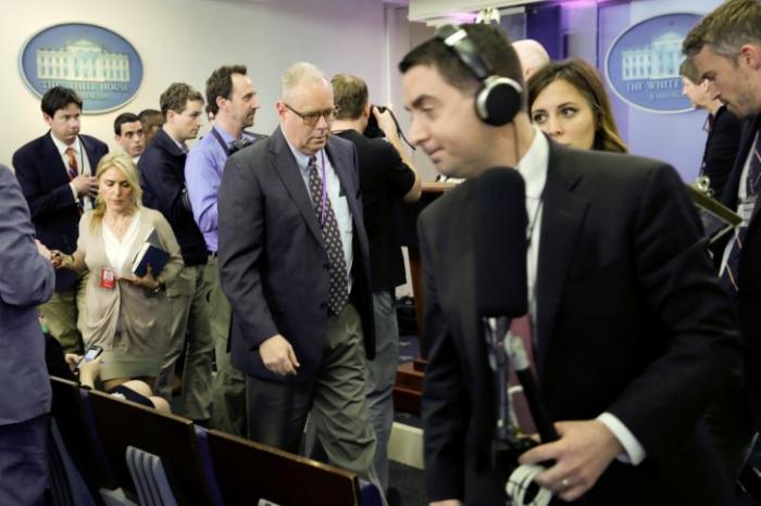 Только для своих: журналистов фейковых CNN и The New York Times изгнали из брифинга в Белом доме