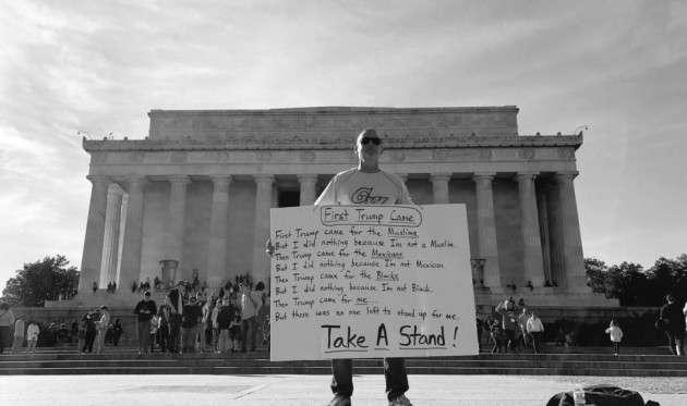 В протестующий отмечает «День не моего президента» перед центром имени Линкольна в Вашингтоне
