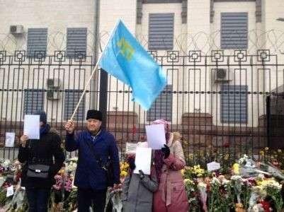 Против российского посольства в Киеве применили страшное искусство душевнобольных