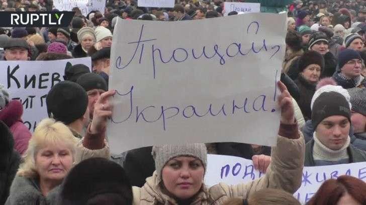 В ДНР прошел 10-тысячный митинг против торговой и угольной блокады Донбасса
