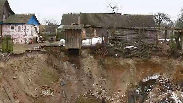 Чиновники Брянской области бросили на произвол судьбы жителей поселка, пострадавших от провалов грунта