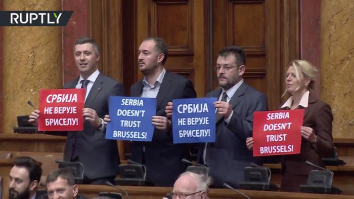 Парламент Сербии встретил главу дипломатии ЕС Могерини лозунгами в поддержку России