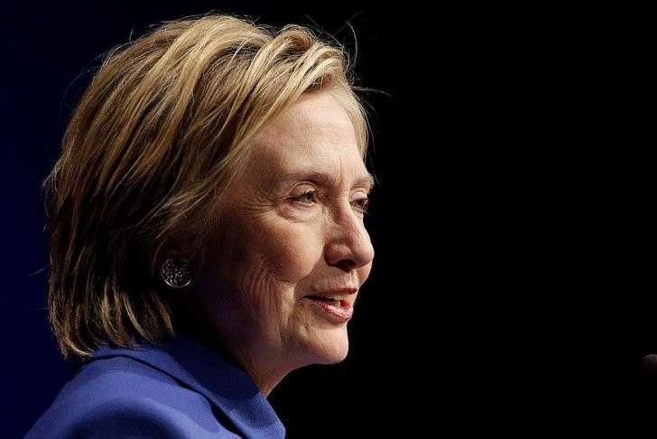 На лице экс-госсекретаря не было тонального крема, благодаря которому ее кожа выглядела ухоженной и более молодой. Глаза - не накрашенные. И только губы Хиллари слегка тронула помадой. Фото: REUTERS