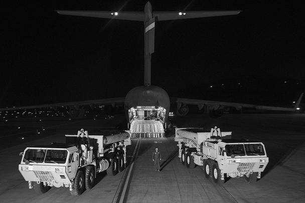 Соединенные Штаты приняли решение ускорить развертывание системы ПРО THAAD в Южной Корее, первоначально запланированное на лето 2017 года. 6 марта южнокорейское агентство «Ренхап» сообщило: части систем THAAD прибыли на самолете С-17 на военную базу в Осане. Среди грузов были также две пусковые установки. Ожидается, что работы по развертыванию систем будут полностью завершены в течение одного-двух месяцев.<br>Ускорение развертывания элементов американской ПРО связывают с общим обострением ситуации в Восточной Азии: новыми угрозами КНДР (и в том числе обострением отношений Северной Кореи и Малайзии после убийства Ким Чен Нама – брата лидера Северной Кореи Ким Чен Ына) и ухудшением отношений Южной Кореи и Китая