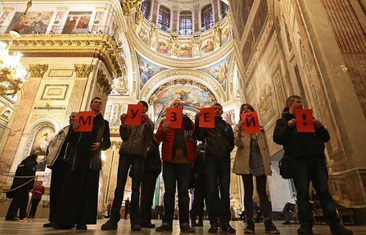 Гражданские активисты во время несогласованной акции в Исаакиевском соборе, 28 янаваря