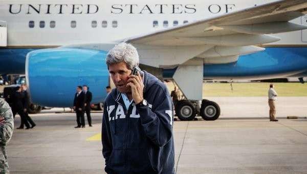 Госсекретарь США Джон Керри говорит по телефону на авиабазе Рамштайн 1 августа 2014 года